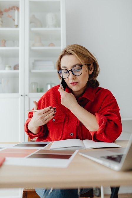 Photo d'une femme au téléphone permettant d'illustrer l'article.